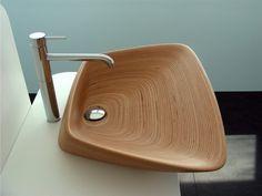 木の年輪を思わせる木目と、無駄のないフォルム。シンプルで美しい洗面台。
