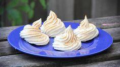 Een kok's brander, eieren en suiker. Meer heb je niet nodig om gebrande Gebrande meringue schuimpjes te maken. En dan mag je ook nog met vuur spelen.