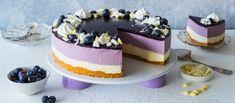 Upeassa mustikka-valkosuklaajuustokakussa on mustikka- ja valkosuklaakerrosten pinnalla mustikkakiille. Kakku syntyy kätevästi valmiista mustikkasoseesta ja koristeet on tosi helpot. Noin 1,55€/annos.* Cheesecakes, Favorite Recipes, Baking, Desserts, Food, Celebration, Sun, Tailgate Desserts, Deserts