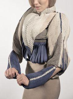 Into Smeethereens Pt2 Née en Roumanie, c'est à Stuttgart que Dagmar Kestner a grandi et s'est formée à la mode et au design textile avant de terminer ses études à Londres. S'inspirant de techniques...