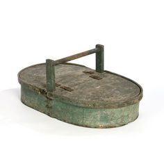 Amish Pie Carrier in Original Paint. Again, I'm not Amish, but I want one of these. Primitive Kitchen, Primitive Antiques, Old Kitchen, Vintage Kitchen, Primitive Homes, Vintage Tins, Vintage Antiques, Vintage Crates, Vintage Stuff
