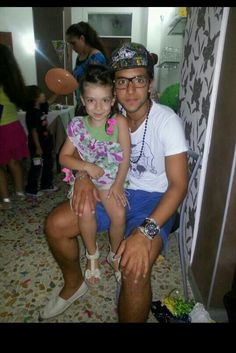 Another beautiful fan. Children are always drawn to Piero! He loves them all!!!