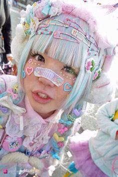I& never understood the cute Band-Aid thing but this is adorable Harajuku Fashion 👘 Estilo Goth Pastel, Pastel Goth Fashion, Kawaii Fashion, Lolita Fashion, Cute Fashion, Fashion Outfits, Grunge Outfits, Fashion Styles, Harajuku Girls