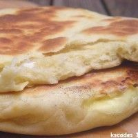 Cheese naan - 4 large cheese naans : 3 tablespoons of ghee (clarified butter) 130 ml of warm milk 1 tbsp sunflower oil 1 natural yoghurt 1 teaspoon salt 320 gr of flour 1 small spoon yeast coffee 8 servings cow-who-laughs (*) (it's in French, I think. Tunisian Food, Tunisian Recipe, Comida India, Good Food, Yummy Food, Arabic Food, I Foods, Indian Food Recipes, Brunch