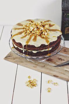 SiMS | LABiM: KARAMELL-POPCORN TORTE. ODER: HAPPY BiRTHDAY SiMS | LABiM Happy Birthday, Vanilla Cake, Tiramisu, Camembert Cheese, Tasty, Ethnic Recipes, Sweet, Sims, Desserts