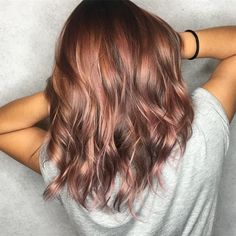 This new hair color trend is, for once, for brunette .- Dieser neue Haarfarben-Trend ist ausnahmsweise mal für brünette Frauen Pastel tones on brown hair? This is possible with the new trend hair color rosé brown. Brown Hair Shades, Brown Hair Colors, Hair Colours, Rose Gold Hair Colour, Gold Colour, Rose Gold Short Hair, Rose Gold Brown Hair Color, Pretty Brown Hair, Metallic Hair Color