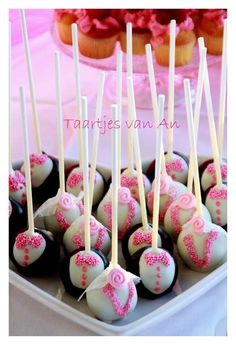 Sweet Table Moustache Cakepops wit sugarveil veils