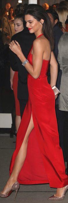 Vestido largo rojo con gran abertura en la falda
