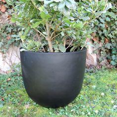Pot de fleurs rond en fiberstone noir mat decoclico Jardin : Decoclico