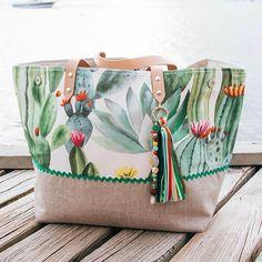 Je vous présente Deux Cent Quinze, un cabas Français xxl piquant et coloré à souhait ! Ce grand sac fourre tout de créatrice est réalisé en édition limitée. Satchel, Crossbody Bag, Tote Bag, Diy Sac, Craft Bags, Sewing Class, Purse Patterns, Handmade Bags, Fabric Crafts
