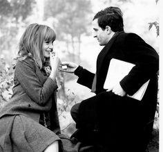 """Françoise Dorléac et François Truffaut en un descanso del rodaje """"La piel suave"""" 1964. Fotografia de Raymond Cauchetier"""