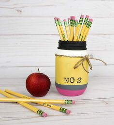 Painted pencil mason jar pencil holder. Back to school mason jar craft ideas. Teacher gift with mason jars. Homemade teacher gift ideas
