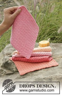 Crochet cloths with lace pattern in DROPS Paris. Free pattern by DROPS Design.