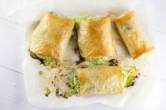 Voici une recette que j'ai découverte en Grèce cet été: la spanakopita. Composée de fromage et d'épinards dans de la pâte filo, un délice.