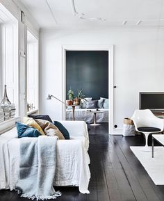 I love the blue colors of the pillows in this living room against the dark grey wall and the black floor. Combined with some plants in terracotta pots this gives the room a really fresh look. The art wall in … Continue reading → Home Living Room, Interior, Home, Scandinavian Home, My Scandinavian Home, House Interior, White Walls, Interior Design, Home And Living