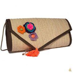 You'll wear this enchanting handmade straw clutch all summer long! Get it here   Usarás esta encantadora cartera de fibra de palma todo el verano. Consíguela aquí