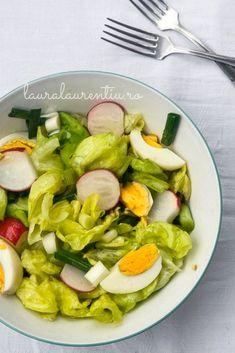 Salată verde cu ridichi și ouă fierte, o rețetă simplă, nutritivă, perfectă pentru anotimpul primăverii. Salată de sezon colorată, sănătoasă și rapidă, perfectă pentru un prânz rapid sau o cină lejeră.