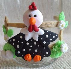 Pote de vidro decorado com galinha em biscuit, pode-se alterar cores e detalhes. R$20,00