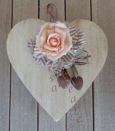 Cuore in legno cerato con fiore in lino e tullè e rosa e cuoricini in pasta di mais