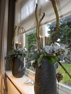 grijze bloempotten,groenblad,groen,grijze rozen kunst,deco haartjes,lange takken,kerstballen,steekkaarsen.