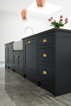 Who says kitchen units have to be light and bright? We love these wonderful dark units. New Kitchen Cabinets, Kitchen Units, Kitchen Flooring, Shaker Cabinets, Interior Desing, Interior Design Kitchen, Smart Kitchen, Kitchen And Bath, Cheap Kitchen