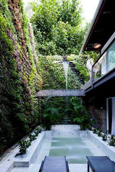 """""""O grandioso muro abriga jardim… Modern Architecture Design, Green Architecture, Vertikal Garden, Vertical Garden Design, Malibu, Small Outdoor Spaces, Small Backyard Pools, Swimming Pool Designs, Cool Pools"""