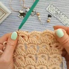 Crochet Stitches For Beginners, Beginner Crochet Projects, Crochet Stitches Patterns, Crochet Videos, Thread Crochet, Crochet Designs, Crochet Crafts, Knitting Patterns, Crochet Bedspread Pattern