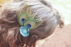Chelsea Costa made easy hair clips out of silk and peacock feathers – don't they look luxe?   What you'll need: -2 peacock feathers -scrap of synthetic fabric -various beads -plain metal hair clip or bobby pin -needle and clear thread -lighter -glue gun -scissors   Instructions: Step 1: Trim down feathers to [...]