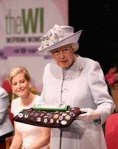 Queen Elizabeth presents the Centenary Women's Institute baton as the Countess of Wessex looks on at the Women's Institute centenary annual general meeting at Royal Albert Hall, June 2015 Hm The Queen, Royal Queen, Princess Margaret, Princess Charlotte, Duchess Of York, Duchess Of Cambridge, Womens Institute, British Monarchy, Royal Monarchy