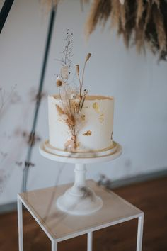 A stunning eco-wedding inspiration shoot with a mix of clean contemporary pieces, dried flowers & rugged textural materials with honeybee connotations. Wedding Cake Photos, Wedding Cake Designs, Pretty Cakes, Beautiful Cakes, Eco Wedding Inspiration, Modern Cakes, Modern Wedding Cakes, Rustic Wedding, Mini Wedding Cakes