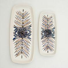 Decoratie met bladeren en blauwe bessen. Langwerpige schalen. Ontwerp: Inger Waage.