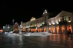 Aosta | Centro della citta di Aosta. Palazzo del comune dove risiede il comune. Sotto i porticati durante il giorno sono presenti le bancarelle che vendono prodotti tipici della zona. Moccetta, lardo e Donnas la fanno da padroni.