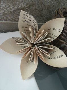 wish there were instructions in English Paper Book, Paper Art, Book Sculpture, Book Binding, Origami Paper, Flower Art, Paper Flowers, Beautiful Flowers, Origami Ideas