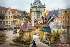 Efteling wallpaper van Raveleijn. Treed binnen in de magische stad voor een bezoek aan de parkshow. Een live spektakel vol stunts met vuur, water en andere speciale effecten.