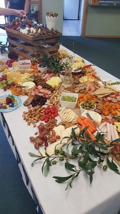 Top Ten Grazing Table to Groom Your Event Christmas Party Food, Christmas Themes, Food Centerpieces, Fruit Cookies, Nut Cheese, All Fruits, Grazing Tables, Food Platters, Fresh Green