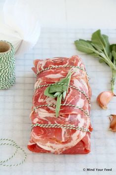 Italiaans gevuld gehaktbrood in pancetta - Mind Your Feed Lamb Recipes, Meat Recipes, Good Food, Yummy Food, Oven Dishes, What To Cook, Quick Easy Meals, Italian Recipes, Carne