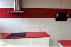 Revestimiento de pared para cocina con sistema Serastone. Placas intercambiables en vidrio. Para más info: http://www.serastone.com