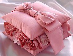 ateliersarah's ring pillow/間にとも布のバラを飾ったピンクシャンタンの2段ピロー