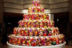 こちらはフラワーアーティスト東信(あずままこと)さん率いるAMKKのアートディレクションによるクリスマスツリーです。 帝国ホテルプラザの30周年を記念して制作されました。ボトルに詰められた花々を円形状に並べることでツリーになっています。 この「Bottle Flower(ボトルフラワー)」はホテルの宴会などで飾った花を、水と共に瓶に詰めたもので制作されたそうです。鮮やかで美しいツリーですね。花の存在感が際立っていて素晴らしいです。 2013 Bottle Flower Tree 朝日新聞デジタル Encyclopedia of Flowers―植物図鑑東信,椎木俊介青幻舎売り上げランキング : 18627Amazonで詳しく見る