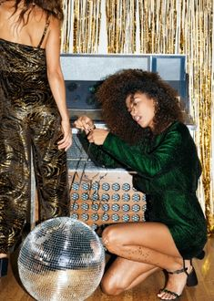 Create your own fashion story - Online shop - & Other Stories FR Holiday Fashion, Party Fashion, 1990s Fashion Trends, Metallic Gold Dress, Quoi Porter, Girls Time, Sexy Legs And Heels, Nouvel An, Glitz And Glam
