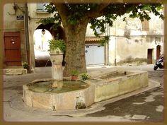 Barjols (Var) fontaine lavoir de la cour