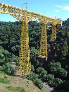 Viaducto del Malleco es un puente de ferrocarril ubicada en el centro de Chile, pasando por el valle del río Malleco, Región de la Araucanía. Fue inaugurado el 26 de octubre 1890 y fue declarado monumento nacional en 1990