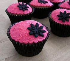 Pink damask cupcakes Fondant toppers for cupcakes. Pink damask cupcakes by Lauren Grace Jewell Cupcakes Flores, Pink Cupcakes, Fondant Cupcakes, Yummy Cupcakes, Cupcake Cookies, Floral Cupcakes, Fondant Icing, Fondant Toppers, Beautiful Cupcakes