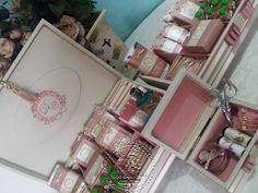 Uma garota que gosto demais vai se casar! Nosso presente foi feito com muito amor. Kit Toaletes em linho fendi e detalhes em rosa seco! Kit Costutinha para o Toalete Feminino... Adoro ess ...