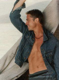 Immagine 12381 per il personaggio Brad Pitt: Addominali in vista e sorriso irresistibile per Brad Pitt. Le migliori immagini scaricabili in alta risoluzione o navigabili direttamente sul sito