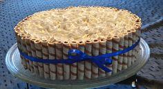 torta decorada con crema y golosinas