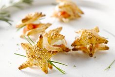 Lekker feestelijk, deze mooie bladerdeeghapjes in de vorm van een ster, met gerookte zalm en zure room als vulling. Een ideale starter voor een feestm...