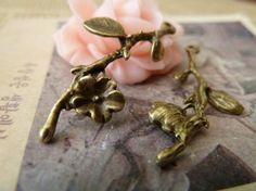 Anhänger Blumen - 15pcs 18x40mm Antique Bronze schöne Pflaume Blume, - ein Designerstück von chengxun bei DaWanda