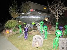 Blow up aliens from the dollar store or from carnival prizes. Alien Halloween, Halloween Camping, Halloween Prop, Theme Halloween, Halloween 2016, Holidays Halloween, Halloween Crafts, Happy Halloween, Halloween Decorations
