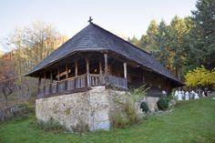 La Horezu, pentru un Maldăr de lucruri II - igloo.ro Cabin, House Styles, Home Decor, Decoration Home, Room Decor, Cabins, Cottage, Home Interior Design, Wooden Houses